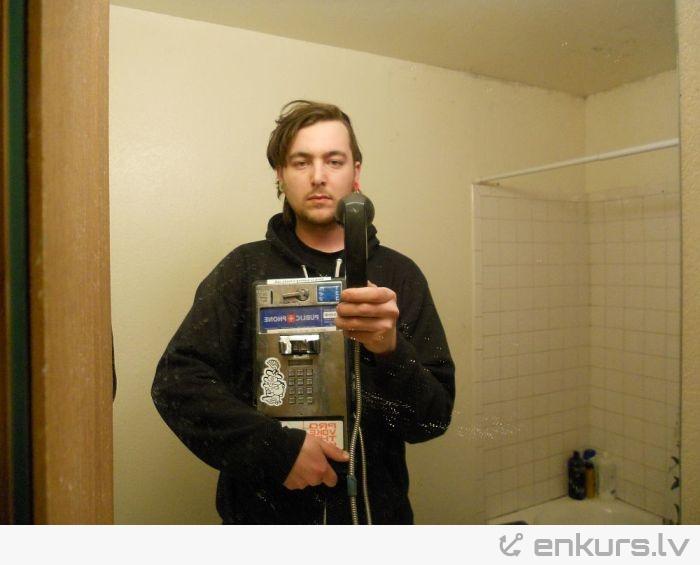 Nofočēju sevi ar telefonu spogulī