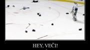 Čaks Noriss spēlēs hokeju