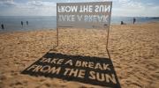 Saulains plakāts pludmalē